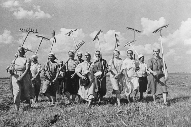 Советские женщины-колхозницы колхоза Клишева. 1940 год