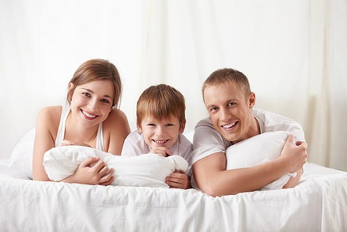Счастливые родители с сыном